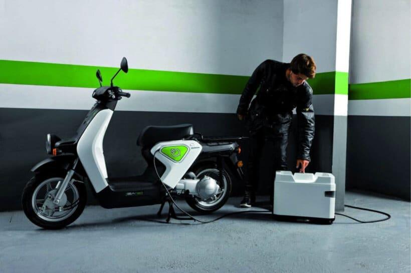 que necesitas saber antes de comprar moto electrica recarga casa