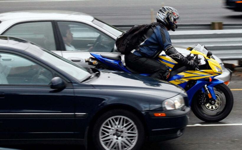 consejos conducir moto evitar adelantamientos