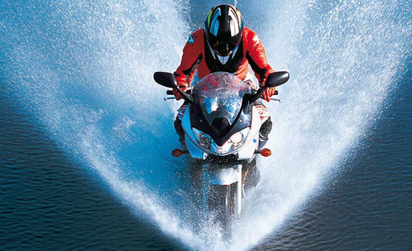 consejos conducir moto lluvia aquaplaning