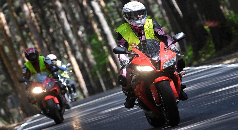 consejos aumentar visibilidad moto equipamiento colores vivos
